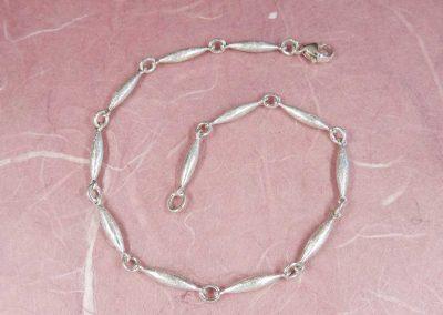 Armband mit olivenförmigen Gliedern aus Silber