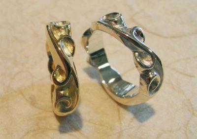 2 Ringe mit Schnörkeln, Gold und Silber
