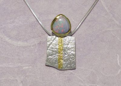Anhänger aus Silber und Feingold mit einem australischen Boulder-Opal hell