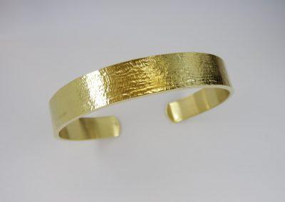 Goldschmiede Pia Hartmann_Armreif Gold Walzstruktur