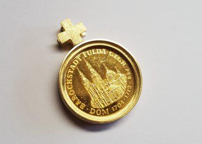 """Anhänger Fuldaer Schatzdöschen """"Der Goldene Bonifatius"""" Rückseite, Gedenkmedaille mit Bonifatius und Fuldaer Dom, Fassung 750/- Gelbgold"""