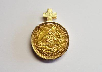 """Anhänger Fuldaer Schatzdöschen """"Der Goldene Bonifatius"""" Vorderseite, Gedenkmedaille mit Bonifatius und Fuldaer Dom, Fassung 750/- Gelbgold"""