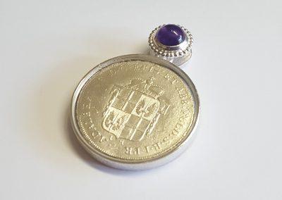 """Anhänger Fuldaer Schatzdöschen """"Der große Taler"""" Vorderseite, Replik einer Münze, Silber mit Amethyst"""