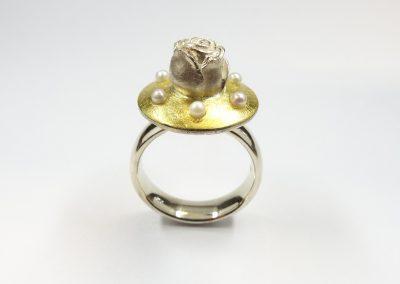 Goldschmiede Pia Hartmann_Dornröschen-Ring Silber, Gold, Perlen