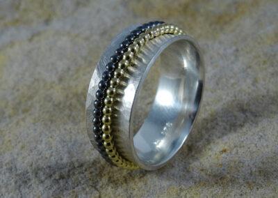 Drehring aus Silber mit 2 Kugeldrahtringen aus geschwärztem Silber und 750/- Gelbgold