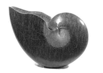 Goldschmiede Pia Hartmann_Gunter Schmidt Bildhauer_großer Nautilus Diabas