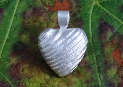 Herz-Anhänger mit Holzstruktur in Silber