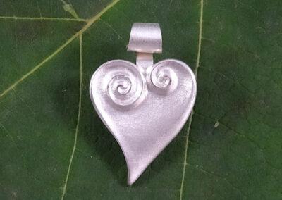 Herz-Anhänger mit Spiral-Ornament in Silber