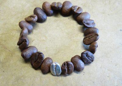 Goldschmiede Pia Hartmann_Kaffeebohnenschmuck_Armband echte Bohnen mit 1 silbernen Bohne auf Gummiseil