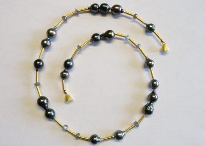 Kette Tahitiperlen, Labradorith, Zwischenteile Röhrchen und Magnetschließe aus vergoldetem Silber
