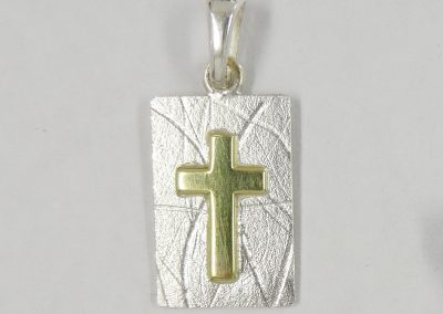 Kreuz-Anhänger Platte rechteckig Silber strukturiert mit aufgesetztem Kreuz aus 585/- Gelbgold