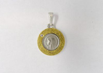 Goldschmiede Pia Hartmann_Kundenauftrag Einfassung Heiligenmedaille in Silber, Gold mit Brillant als Anhänger