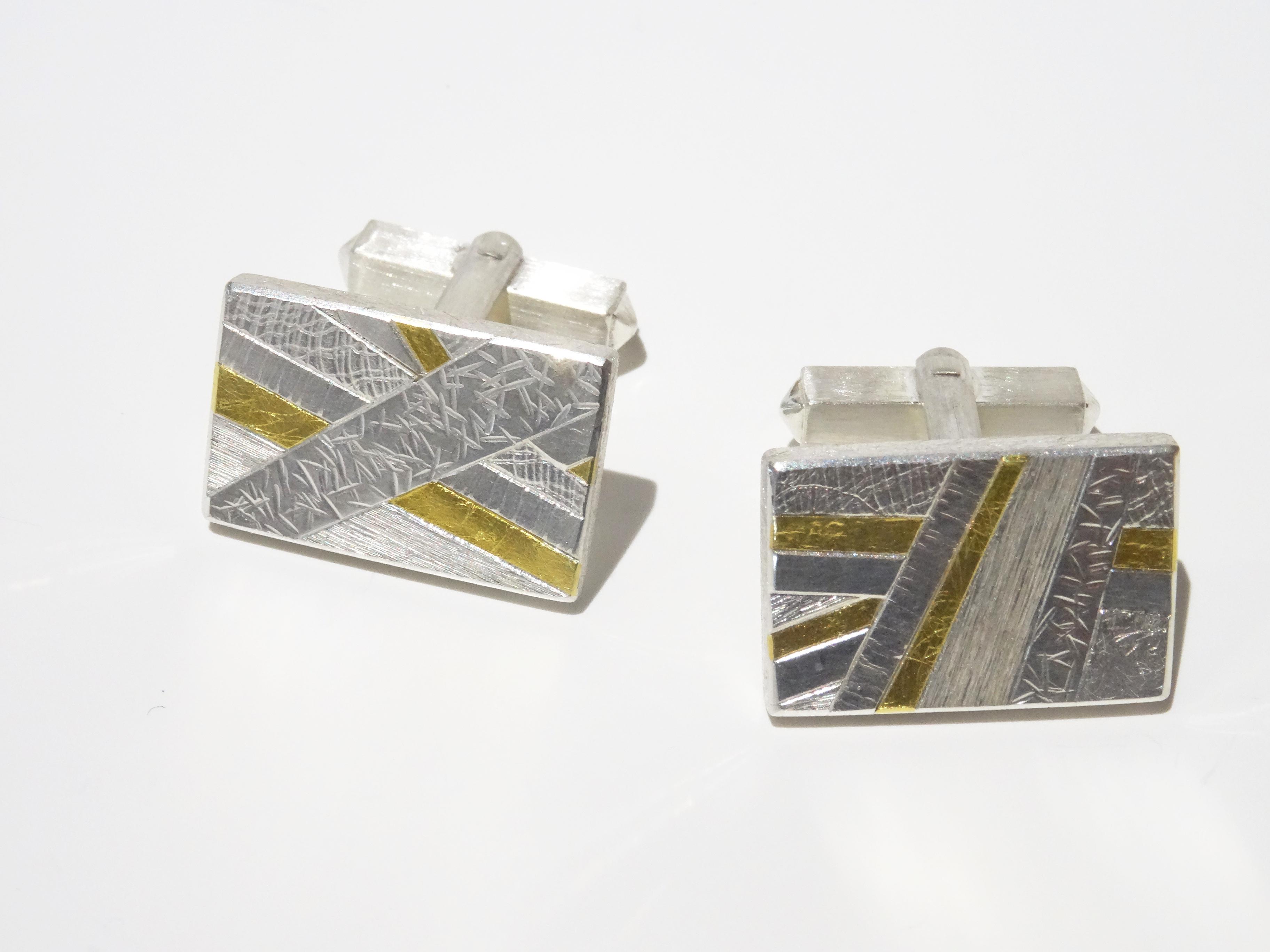 Manschettenknöpfe mit verschiedenen Oberflächenstrukturen in Silber mit Feingold