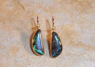Ohrringe mit 2 beweglich hängenden Boulder-Opalen in 900/- Gelbgold
