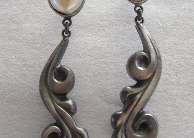 Ohrringe Ranken aus geschwärztem Silber mit Süßwasserperlen