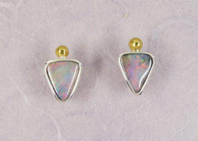 Ohrstecker Boulder-Opale in Silber mit Feingoldkügelchen