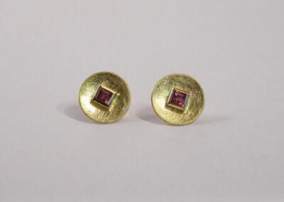 Ohrstecker runde Scheiben konkav mit 2 Rhodolithen carré in 750/- Gelbgold