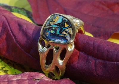 Fingerring aus 750/- Gelbgold mit einem australischen Matrix-Opal