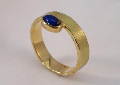 Goldschmiede Pia Hartmann_Ring Gold Struktur mit Lapislazuli Cabouchon
