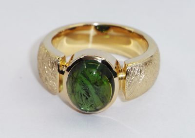 Goldring mit grünem Turmalin Cabouchon oval