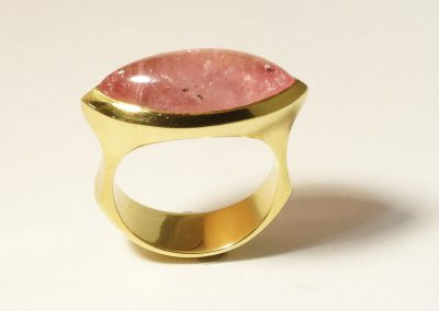 Goldring mit rosa Turmalin Cabouchon Navette