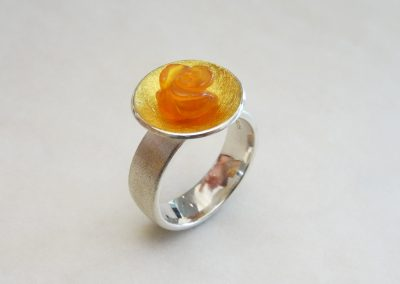 Goldschmiede Pia Hartmann_Ring Silber, Gold mit Blüte Feueropal