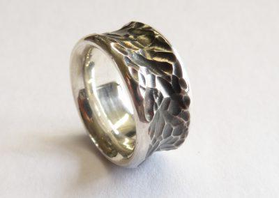 Ring mit Schnitzstruktur Silber geschwärzt