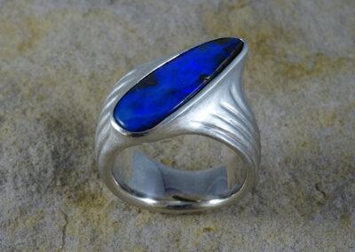 Ring aus Silber mit einem blauen, australischen Boulder-Opal