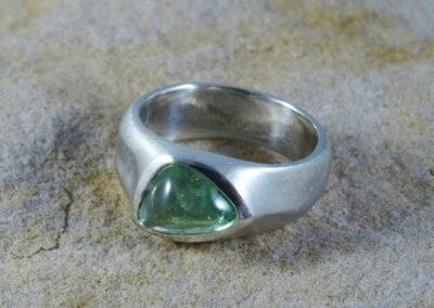 Ring aus Silber mit einem hellgrünen Turmalin