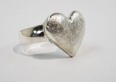 Goldschmiede Pia Hartmann_Ring großes Herz Silber