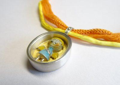 Goldschmiede Pia Hartmann_Schatzdöschen mit altem Schutzengelchen in Silber mit Gold