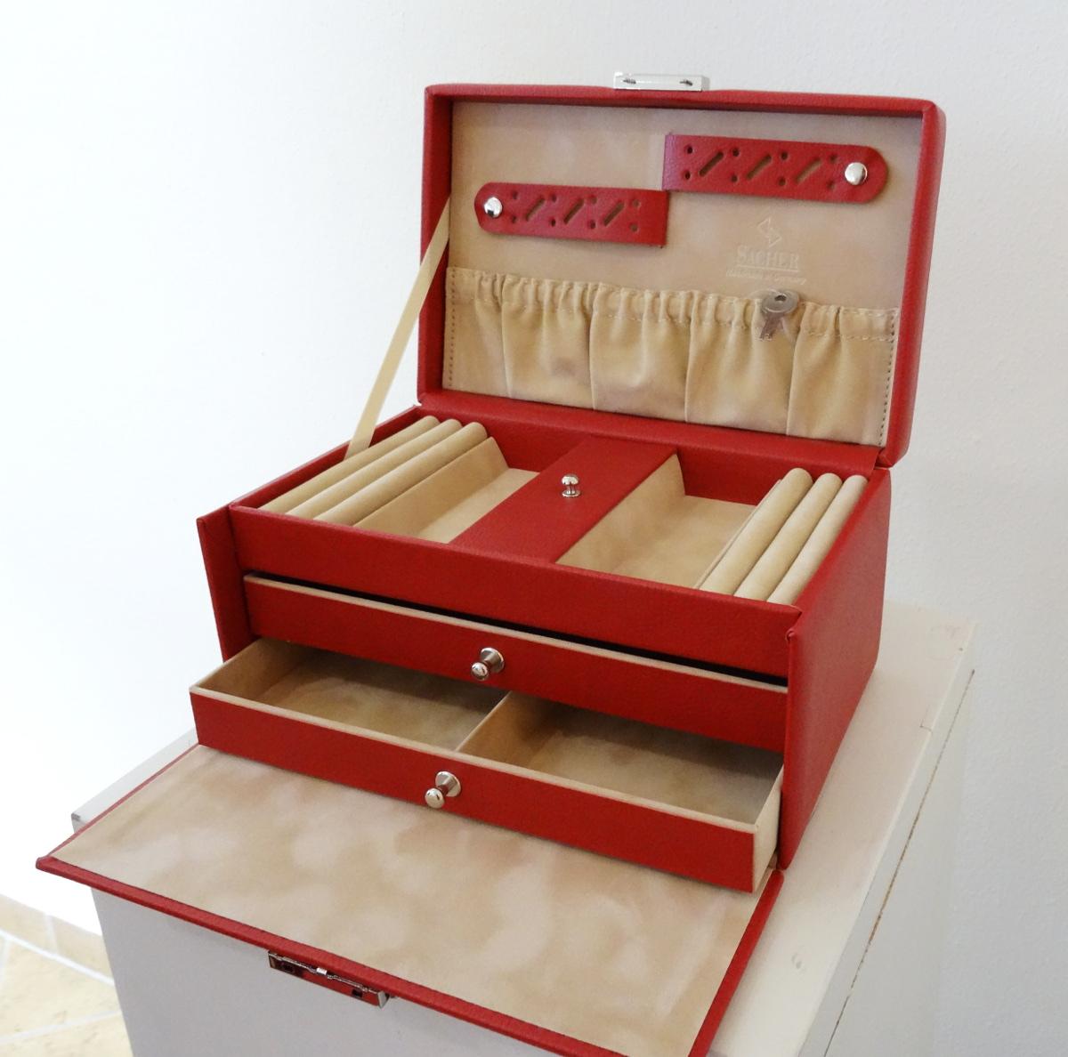 Schmuckkoffer Kunstleder rot, aufgeklappt, Modell Eva, Firma Sacher, made in Germany