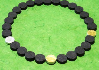 Steinkette runde Scheiben aus Schiefer mit Zwischenteilen und Wechselschließe aus Silber mit Feingold