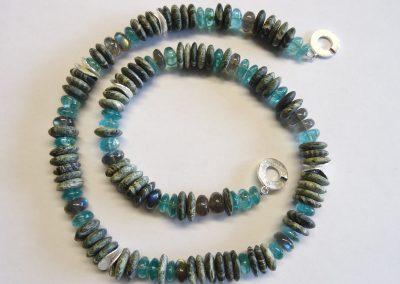 Steinkette Serpentin, Apatit und Labradorith mit Zwischenteilen und Schließe aus Silber