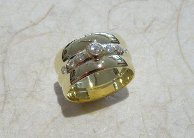 Goldschmiede Pia Hartmann_Trauringumarbeitung 2 vorhandene Ringe mit einem neuen Ring verbunden, Brillanten eingearbeitet