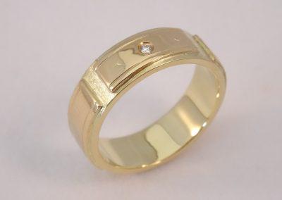 Goldschmiede Pia Hartmann_Trauringumarbeitung alter, dünner Ring in 4 Segmenten auf neuem Ring