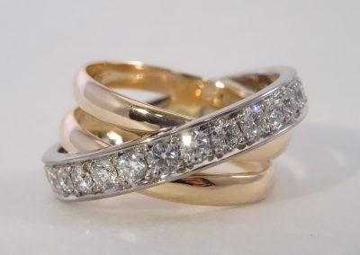 Goldschmiede Pia Hartmann_Trauringumarbeitung aus 2 Ringen mit neuem Weißgoldring rundum mit Brillanten ausgefasst