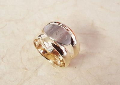 Goldschmiede Pia Hartmann_Trauringumarbeitung aus 2 Ringen mit ovaler Gravurplatte