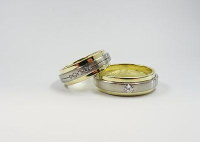 Goldschmiede Pia Hartmann_Trauringumarbeitung zur Silberhochzeit_vorhandene Weißgoldringe auf neue Gelbgoldringe gelötet, Brillanten eingearbeitet