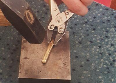 Goldschmiede Pia Hartmann_Umarbeitung Ring aus Altgold_Schmieden des gegossenen Strangs