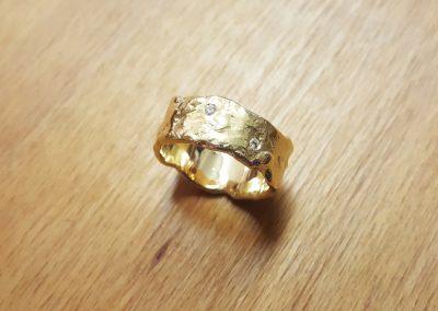 Goldschmiede Pia Hartmann_Umarbeitung Ring aus Altgold_fertiger Ring mit 2 Diamanten