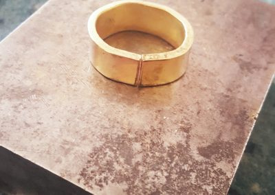 Goldschmiede Pia Hartmann_Umarbeitung Ring aus Altgold_grob rundgerichteter Ring