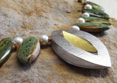 Kette Chrysoprase und Süßwasserperlen mit Wechselschließe Navetteform aus Silber und Feingold