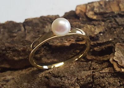 schmaler Fingerring aus 585/- Gelbgold mit Perle